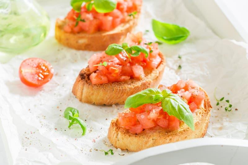 Heerlijke en verse tomatenbruschetta voor ontbijt stock foto