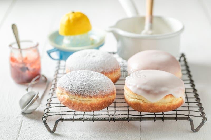 Heerlijke en zoete heet en vers gebakken donuts royalty-vrije stock fotografie