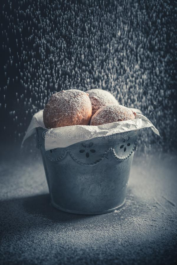 Heerlijke en zoete mini heet en vers gebakken doughnuts royalty-vrije stock foto