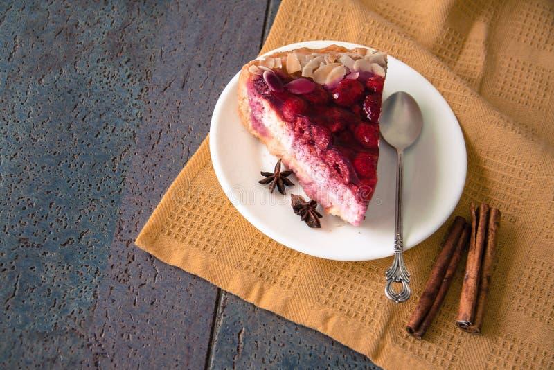 Heerlijke frambozenpastei met amandelen stock foto's