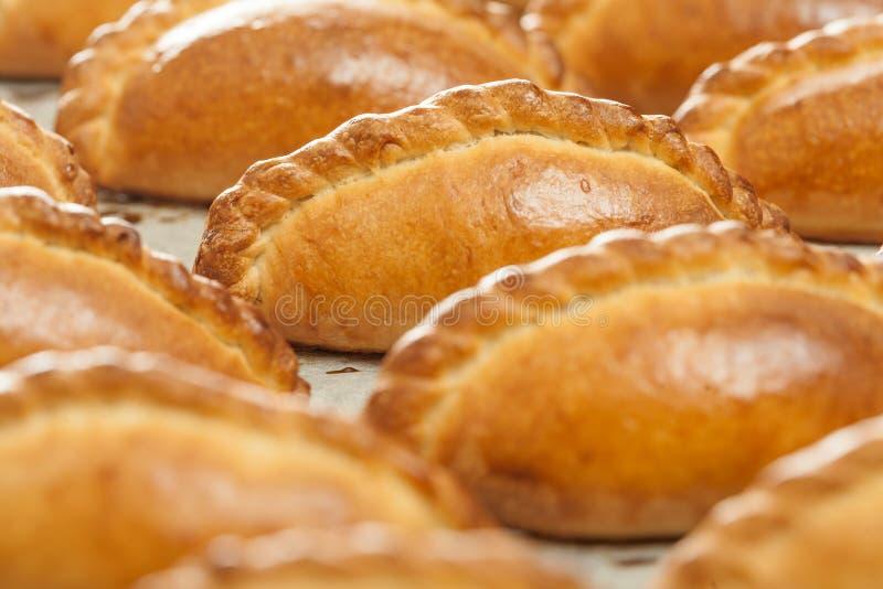 Heerlijke gebakjes op een bakselblad royalty-vrije stock afbeelding