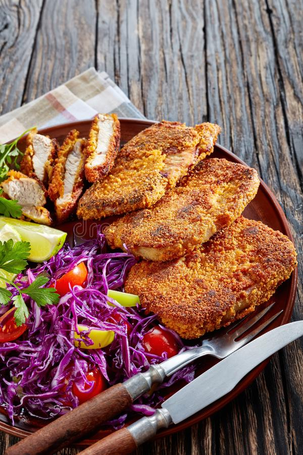 Heerlijke gebraden varkensvleesgoudklompjes met verticale salade, stock fotografie