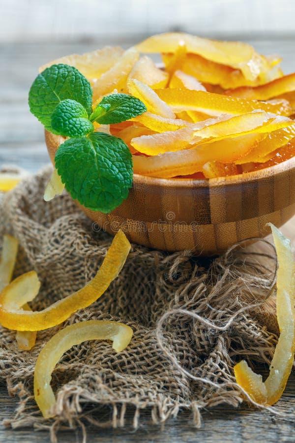 Heerlijke geglaceerde citrusvruchten en een twijg van munt stock afbeeldingen