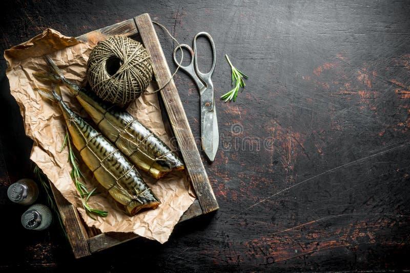 Heerlijke gerookte makreel op een dienblad met streng en kruiden royalty-vrije stock foto's