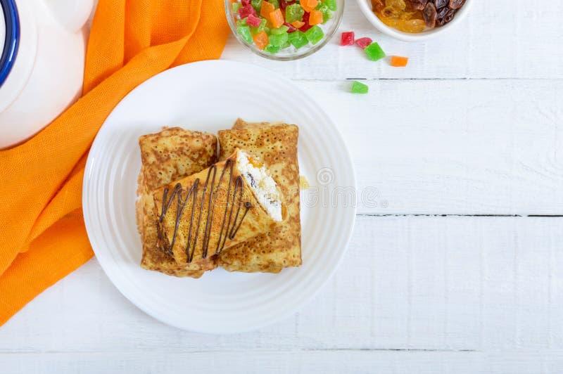 Heerlijke gevoelige pannekoeken met kwark en rozijnen op een witte houten achtergrond Gezond Ontbijt royalty-vrije stock afbeelding