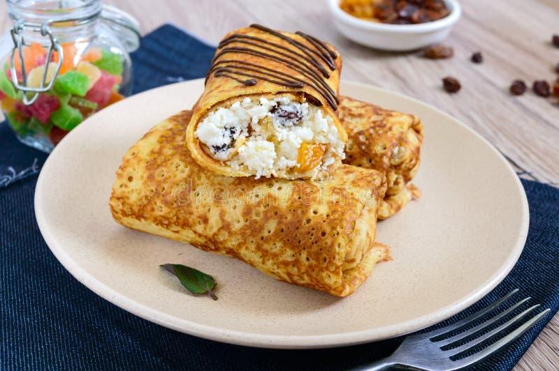 Heerlijke gevoelige pannekoeken met kwark, vanille en rozijnen op een plaat royalty-vrije stock afbeeldingen