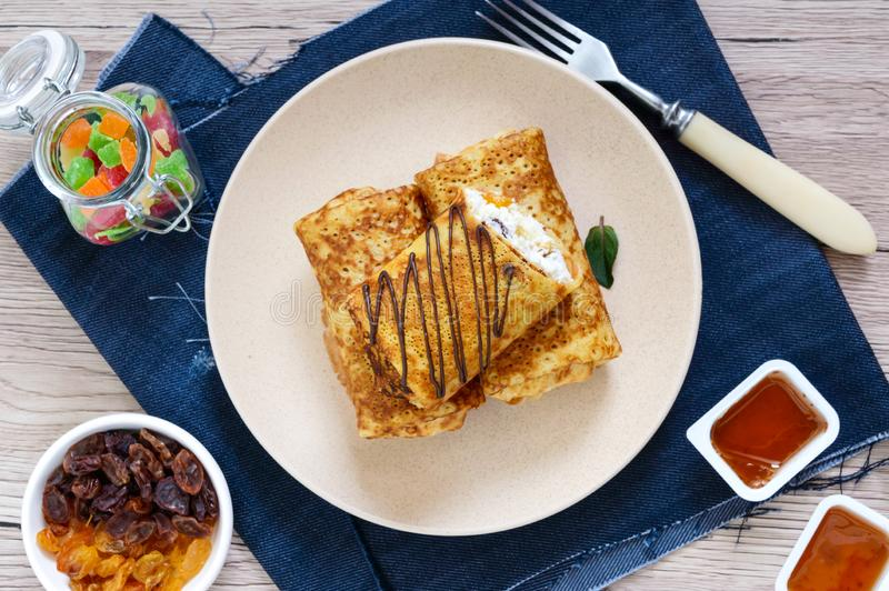 Heerlijke gevoelige pannekoeken met kwark, vanille en rozijnen op een plaat Gezond Ontbijt royalty-vrije stock afbeeldingen
