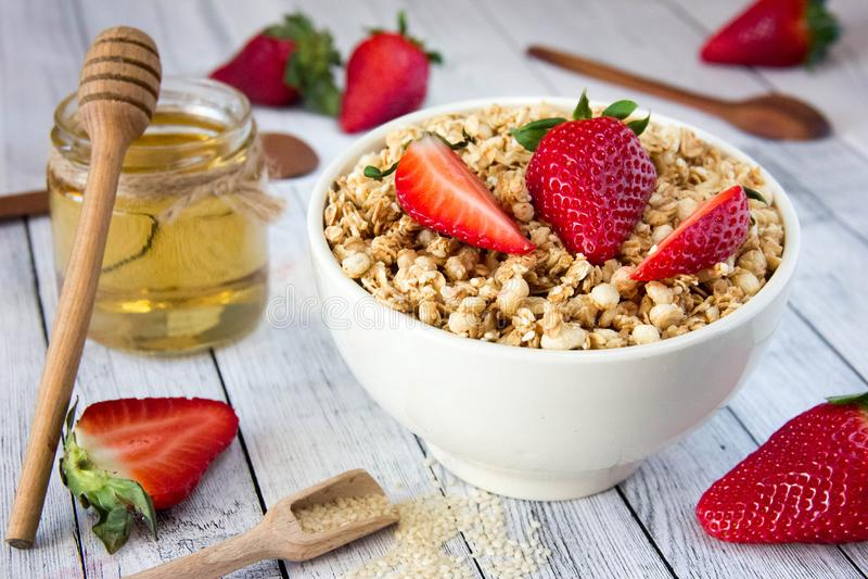 Heerlijke granola met verse aardbeien in een witte plaat met royalty-vrije stock afbeelding