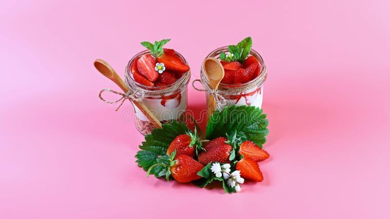 Heerlijke granola met vruchten, aardbeiyoghurt met verse bessen, de houten lepel van havermeelkoekjes De ruimte van het exemplaar stock afbeeldingen