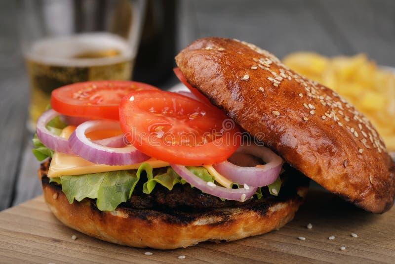 Download Heerlijke Hamburger Met Groenten En Een Kotelet Stock Afbeelding - Afbeelding bestaande uit saus, voedsel: 114225627