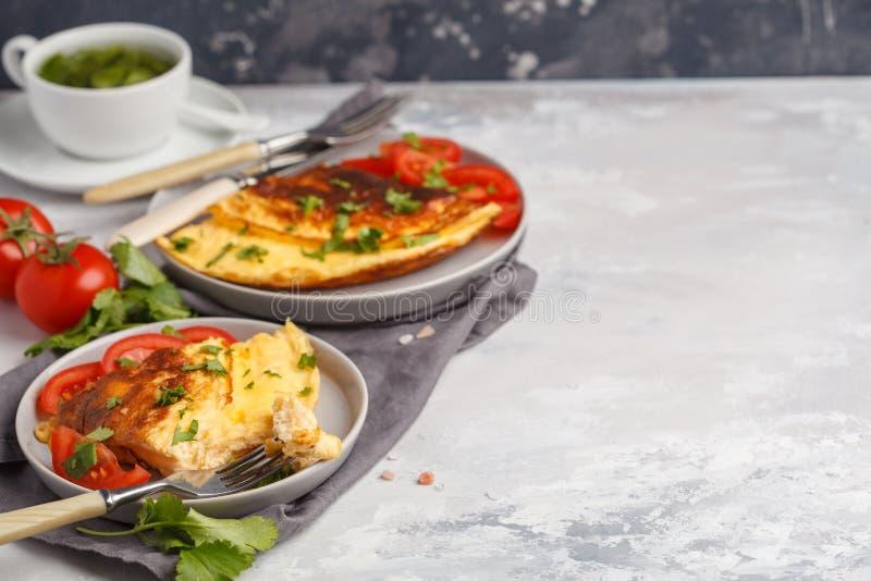 Heerlijke heldere eiomelet met kaas en groenten Breakfas stock afbeelding