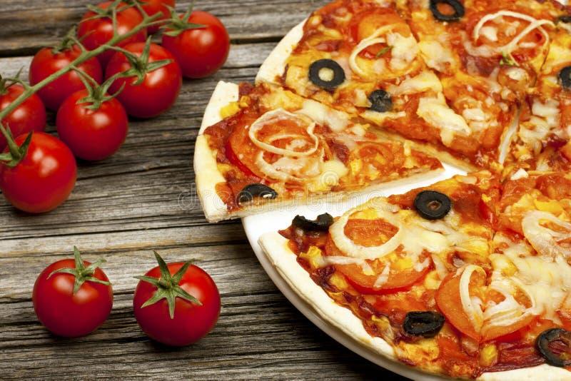 Heerlijke Italiaanse die pizza op houten lijst wordt gediend royalty-vrije stock foto