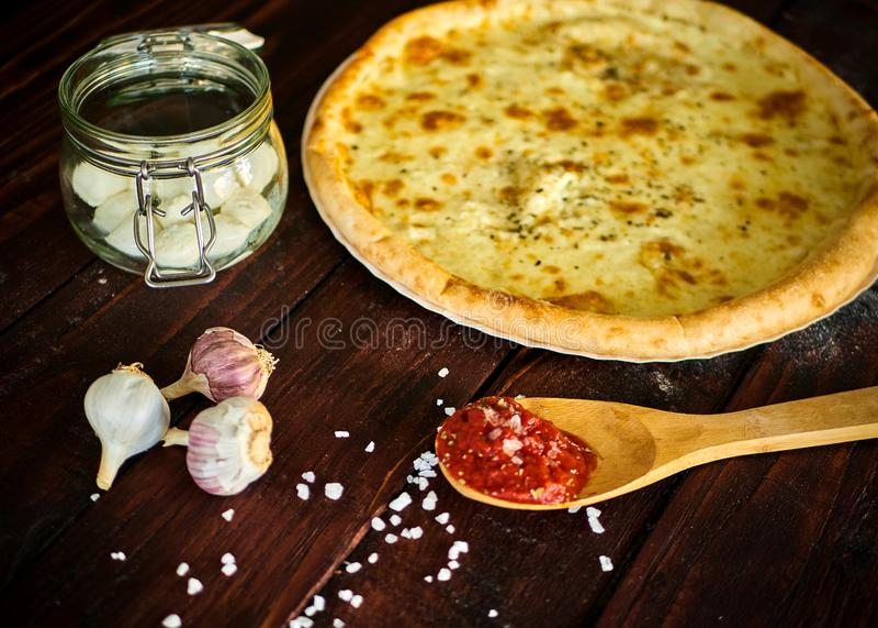 Heerlijke Italiaanse pizza met kaas op een houten lijst royalty-vrije stock afbeelding