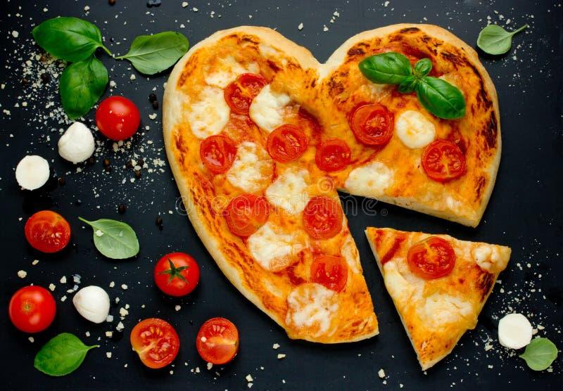 Heerlijke Italiaanse pizza met kersentomaten, mozarella en bas stock afbeeldingen