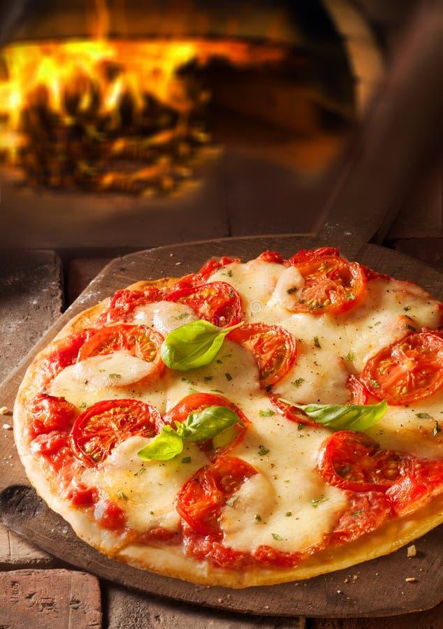 Heerlijke Italiaanse pizza in pizzeria royalty-vrije stock foto