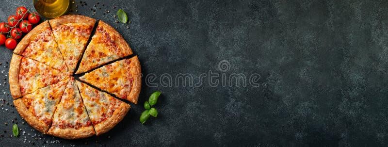 Heerlijke Italiaanse pizza vier kazen met Basilicum, tomaten en olijfolie op een donkere concrete lijst Hoogste mening met exempl stock foto's