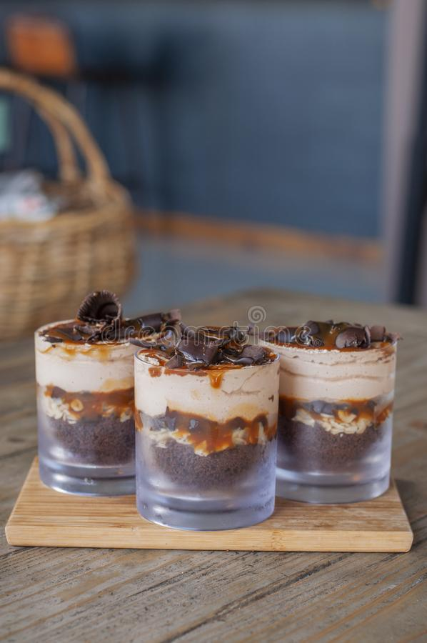 Heerlijke karamelkleinigheid met chocoladestukken stock foto