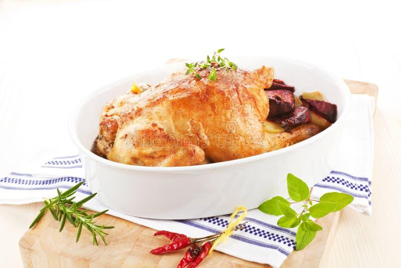 Heerlijke kip met verse kruiden en groenten. stock afbeelding