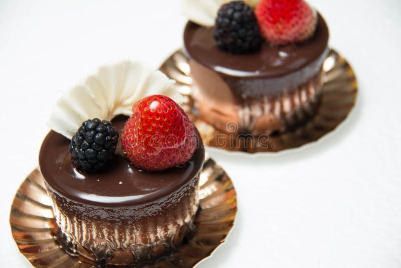 Heerlijke kleine chocoladecake met sommige vruchten op bovenkant royalty-vrije stock fotografie