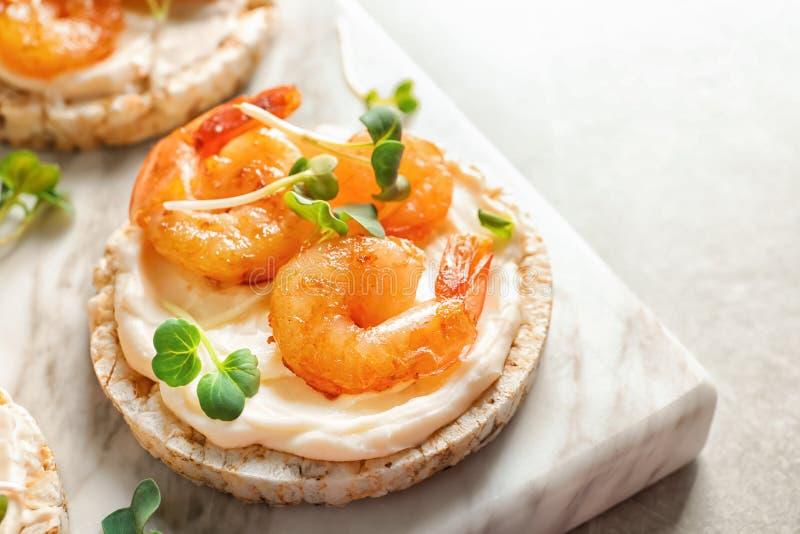 Heerlijke kleine sandwich met garnalen op marmeren raad stock foto's
