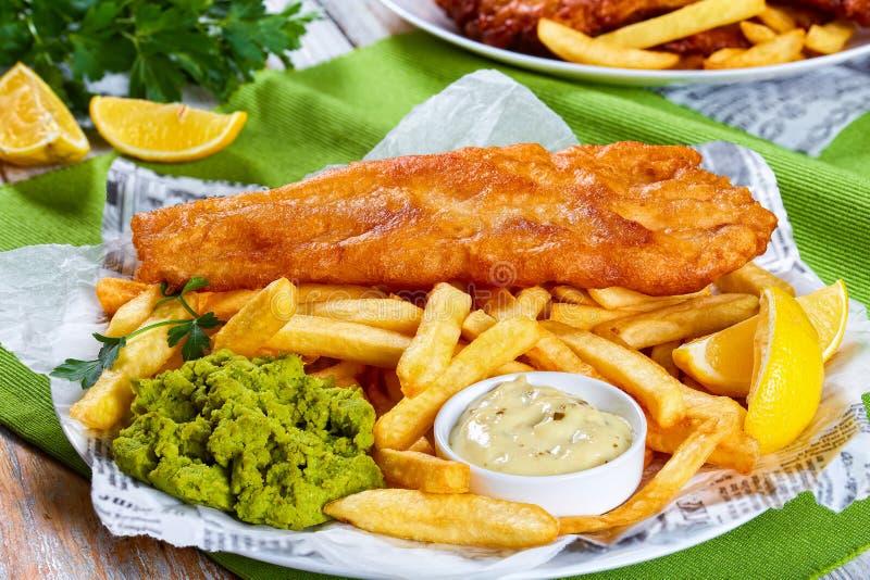 Heerlijke knapperige vis met patat op plaat royalty-vrije stock foto