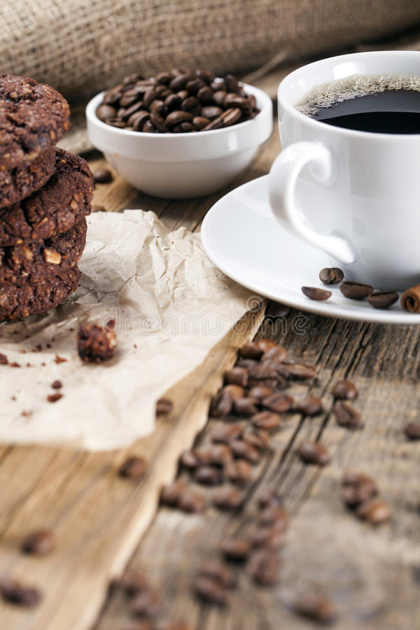 Heerlijke koffie met snoepjes op een houten lijst stock foto