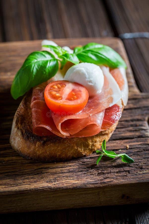 Heerlijke mengeling van bruschetta met verse ingrediënten voor ontbijt royalty-vrije stock foto