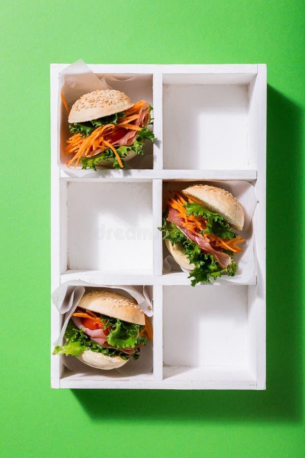 Heerlijke miniburgers stock afbeelding