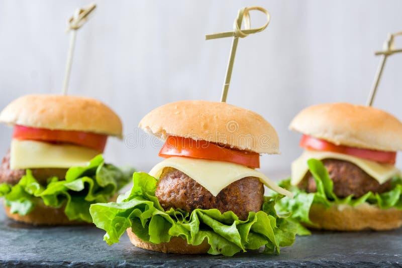 Heerlijke miniburgers royalty-vrije stock afbeeldingen