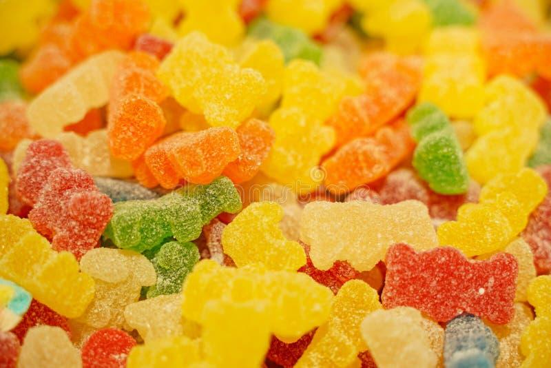 Heerlijke multi-colored fruitmarmelade ongezond helder suikergoed in massa verschillende dichte geleifoto smakelijke snoepjes in  royalty-vrije stock afbeeldingen