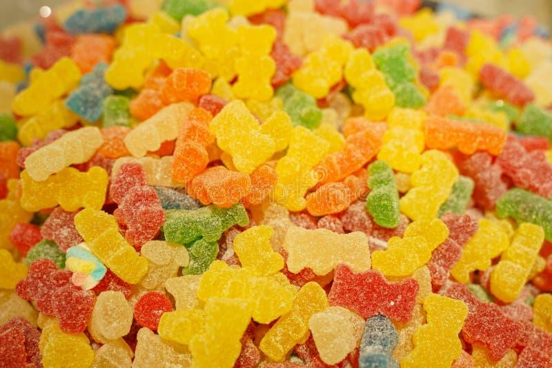 Heerlijke multi-colored fruitmarmelade ongezond helder suikergoed in massa verschillende dichte geleifoto smakelijke snoepjes in  royalty-vrije stock foto