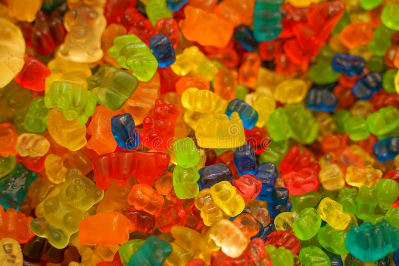 Heerlijke multi-colored fruitmarmelade ongezond helder suikergoed in massa verschillende dichte geleifoto smakelijke snoepjes in  stock afbeelding