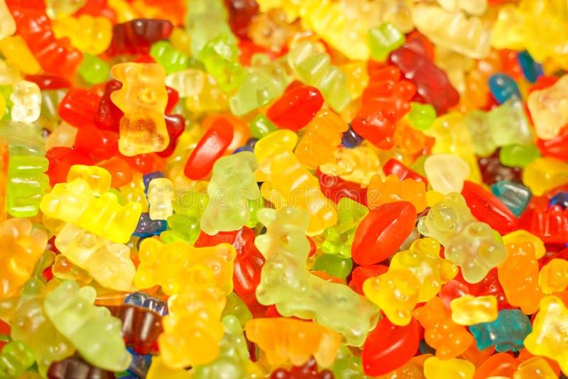 Heerlijke multi-colored fruitmarmelade ongezond helder suikergoed in massa verschillende dichte geleifoto smakelijke snoepjes in  stock afbeeldingen