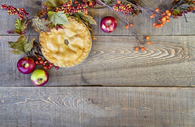 Heerlijke naar huis gebakken appeltaart op rustieke de herfstachtergrond met royalty-vrije stock afbeelding