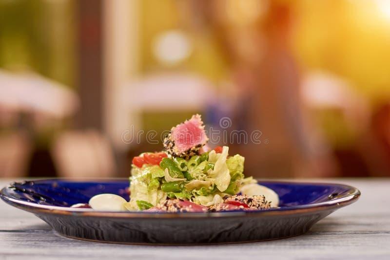 Heerlijke nisuazsalade op plaat stock foto's