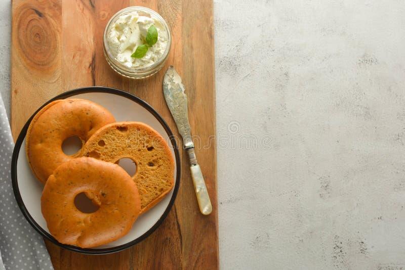 Heerlijke ongezuurde broodjes met roomkaas op houten raad, gebakjebrood voor ontbijt Hoogste mening De ruimte van het exemplaar royalty-vrije stock afbeeldingen