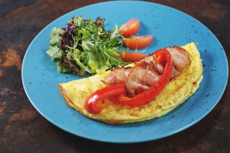 Heerlijke ontbijt Gebraden omlette met gesneden ham stock afbeeldingen