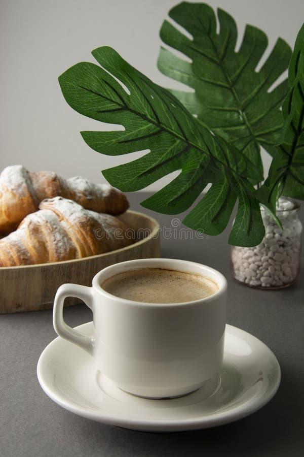 Heerlijke ontbijtkoffie met croissant Ochtendcafeïne Franse, verse gebakje en kop van koffie of latte De cafeïne adicted royalty-vrije stock foto's