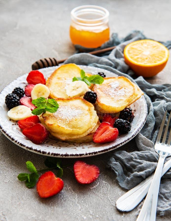 Heerlijke pannekoeken met bessen stock foto