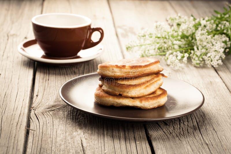 Heerlijke pannekoeken met frambozensaus royalty-vrije stock foto's