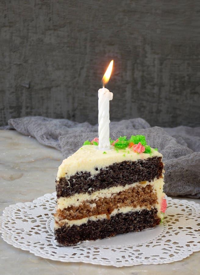 Heerlijke papavercake met nootkoekje en kaasroom op lichte achtergrond Gelukkige Verjaardag De ruimte van het exemplaar stock foto's