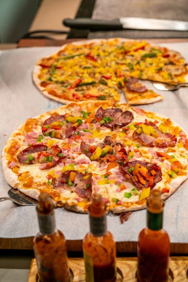 Heerlijke pizza in het buffet stock afbeelding