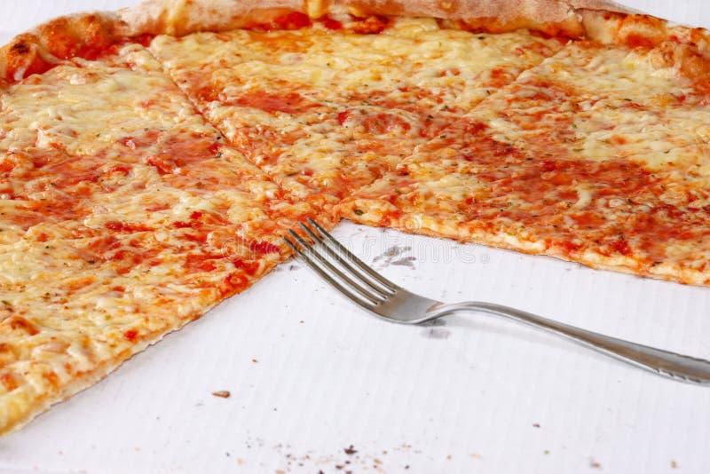 Heerlijke pizza Margarita met vork en mes Neem vers gebakken Italiaanse traditionele klassieke pizza die in een doos worden gehou royalty-vrije stock afbeeldingen
