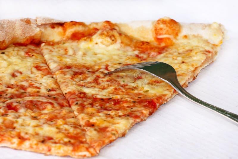 Heerlijke pizza Margarita met vork en mes Neem vers gebakken Italiaanse traditionele klassieke pizza die in een doos worden gehou stock foto's