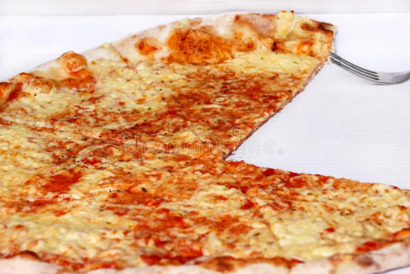 Heerlijke pizza Margarita Neem vers gebakken Italiaanse pizza die in een doos worden gehouden, sluit omhoog royalty-vrije stock afbeelding