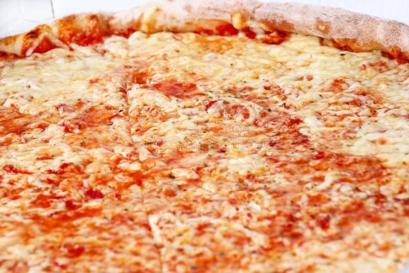 Heerlijke pizza Margarita Neem vers gebakken Italiaanse pizza die in een doos worden gehouden, sluit omhoog Italiaanse traditione stock foto