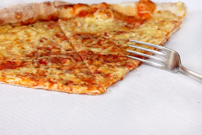 Heerlijke pizza Margherita met vork en mes Neem vers gebakken Italiaanse traditionele klassieke pizza die in een doos worden geho royalty-vrije stock afbeeldingen