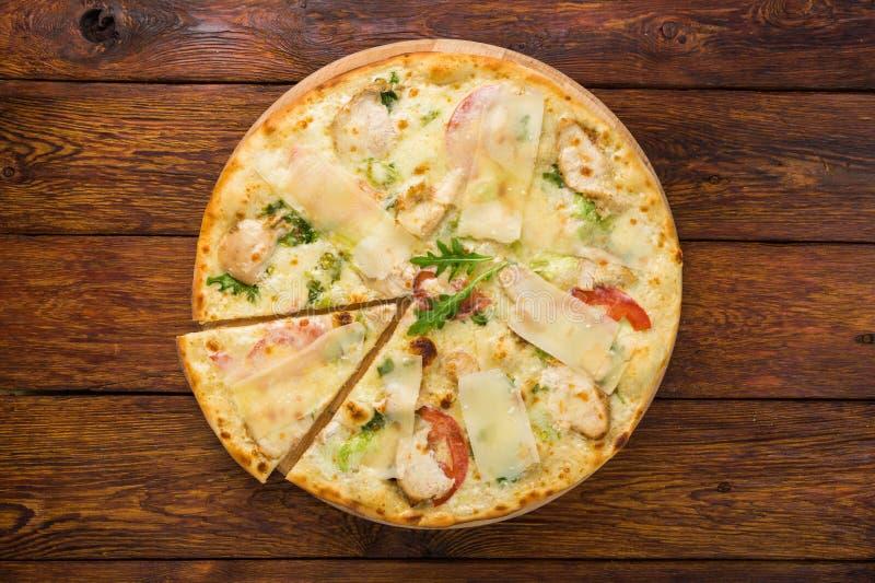Heerlijke pizza met kip, parmezaanse kaas en verse arugula royalty-vrije stock afbeelding