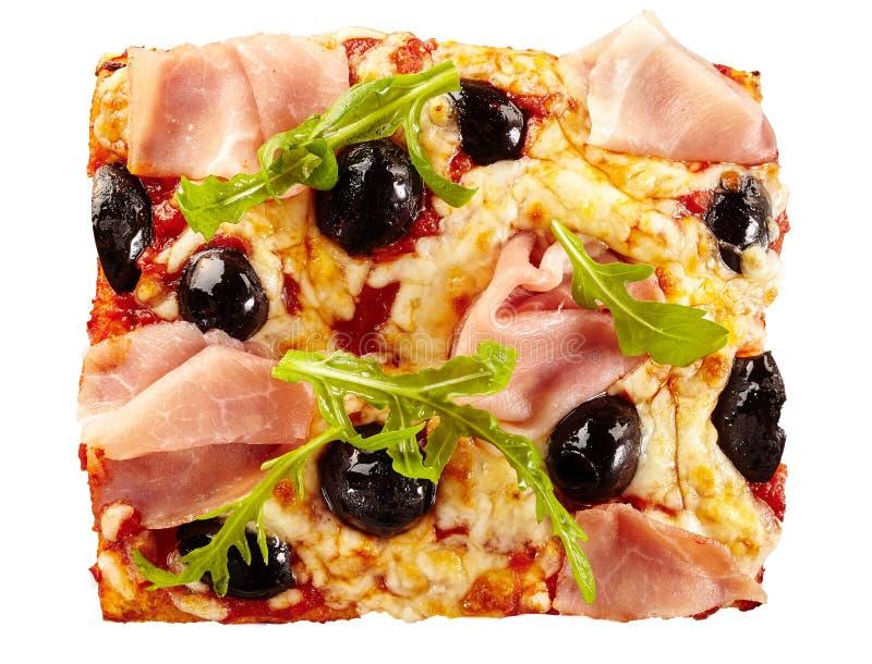 Heerlijke pizza met olijven, ham en raket royalty-vrije stock fotografie