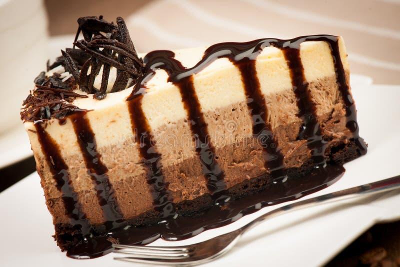 Heerlijke plak van chocoladecake met stroop en vanilleslagen royalty-vrije stock afbeelding